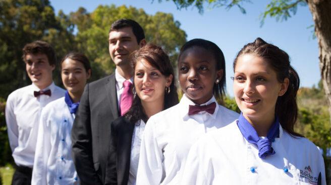 Los alumnos de Les Roches Marbella vestidos con sus uniformes.