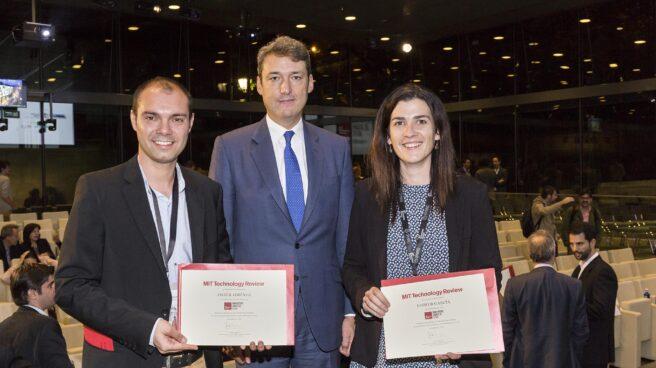 Javier Jiménez, a la izquierda, junto a la ganadora del premio innovador social, Esther García.