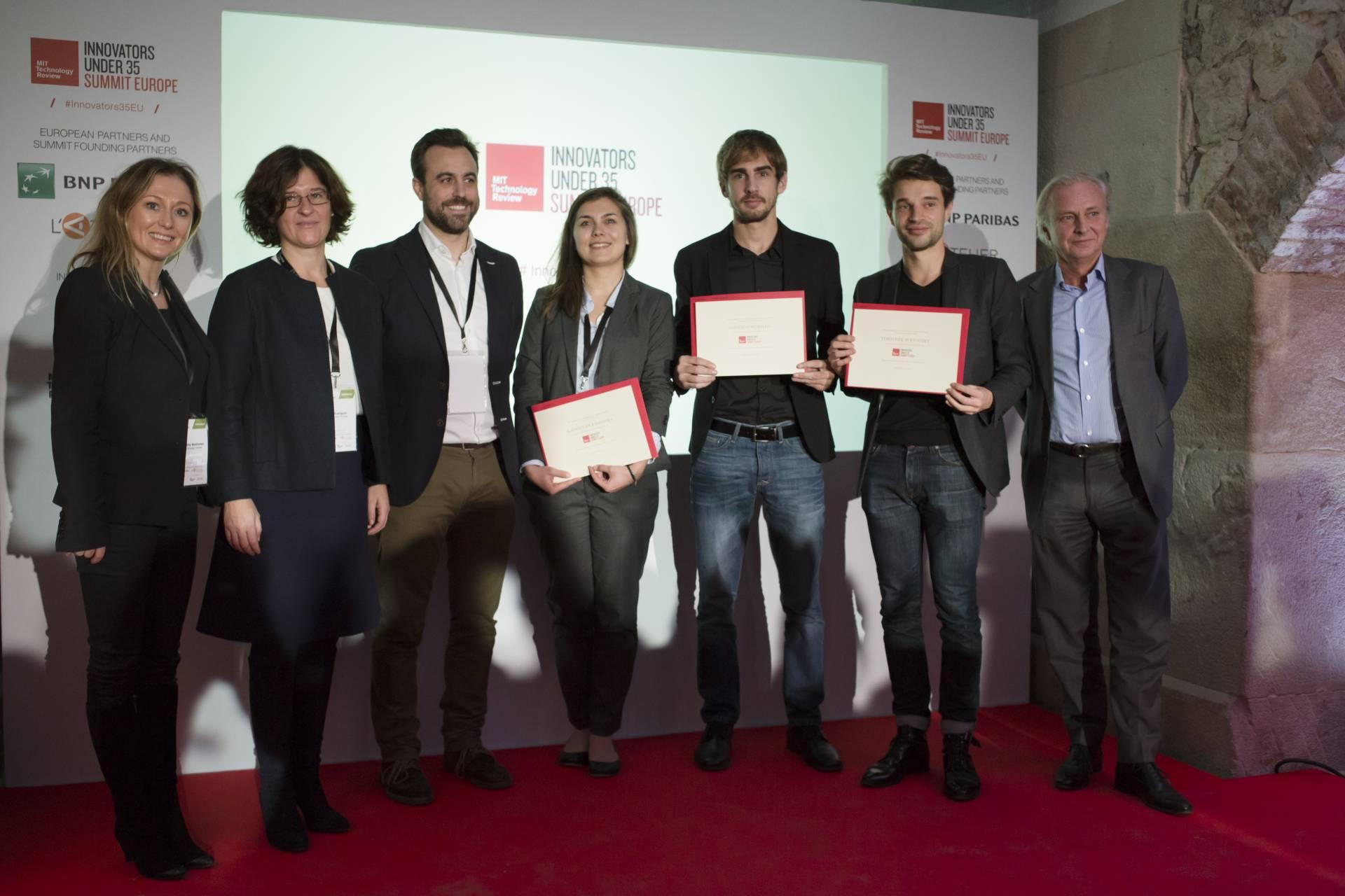 El español Gonzalo Murillo, tercero por la derecha, posa con su reconocimiento.