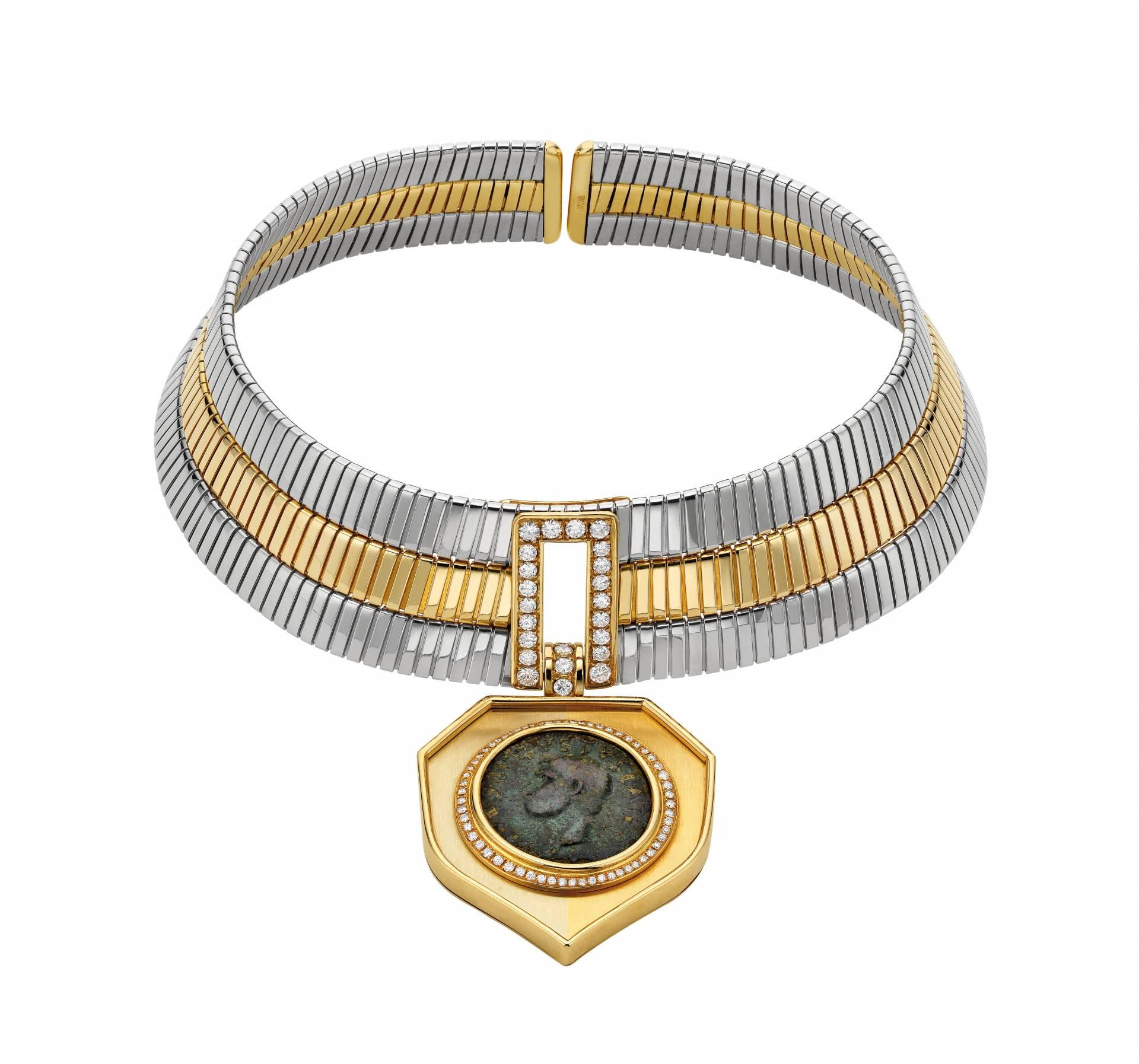 Gargantilla (1972) en oro en dos colores con moneda de bronce del Imperio Romano y diamantes.