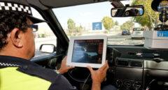Policía local en un control de carretera.