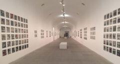 Las fotografías analógicas de Zoe Leonard instaladas en la exposición 'Ficciones y Territorios' del Museo Reina Sofía de Madrid.