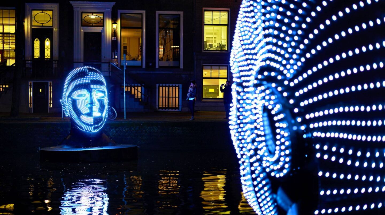 La pieza Talking Heads, de Viktor Vicsek iluminando uno de los canales.