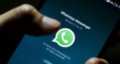 Un usuario actualizando la aplicación de Whatsapp en su teléfono.