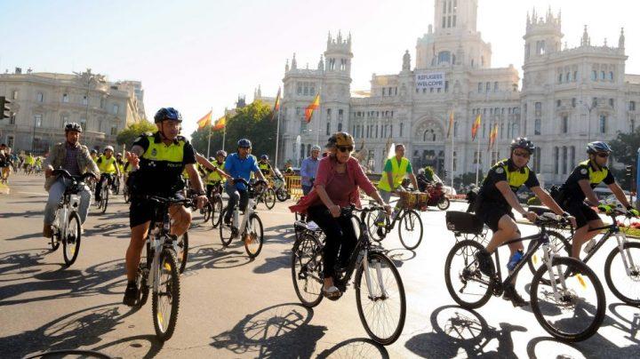 Carmena participa en un evento ciclista.