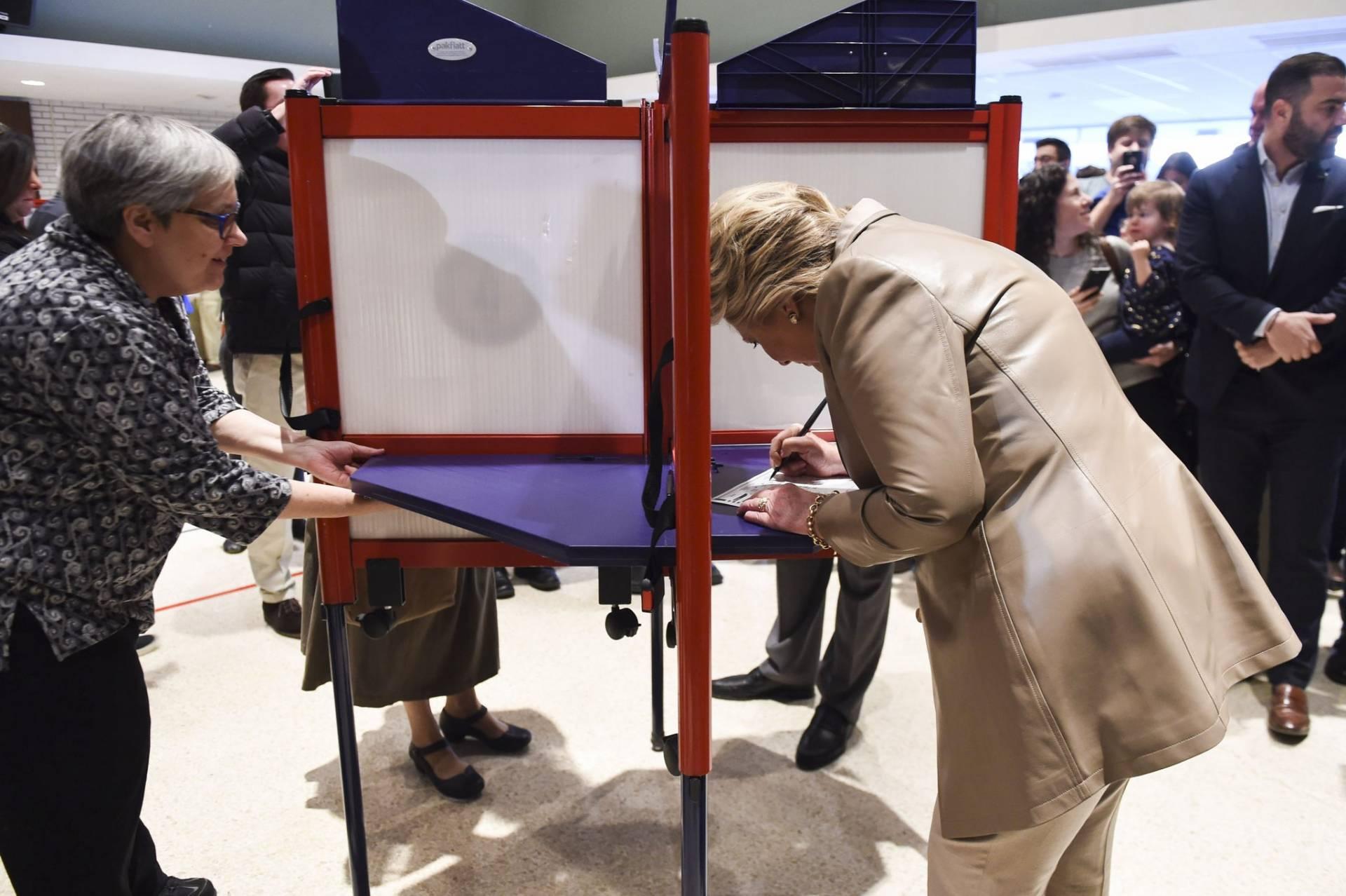 La candidata demócrata, Hillary Clinton, ejerciendo su derecho a voto.