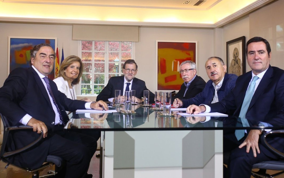 El presidente del Gobierno, Mariano Rajoy, y la ministra de Empleo, Fátima Báñez, se reunidos en La Moncloa con los líderes de CC.OO y UGT y CEOE-Cepyme.