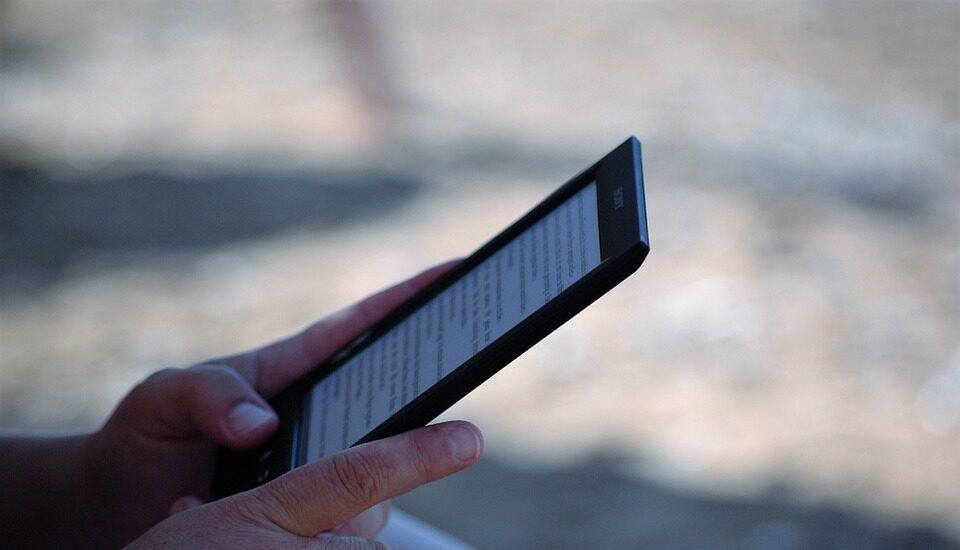 Un usuario leyendo con un e-book.