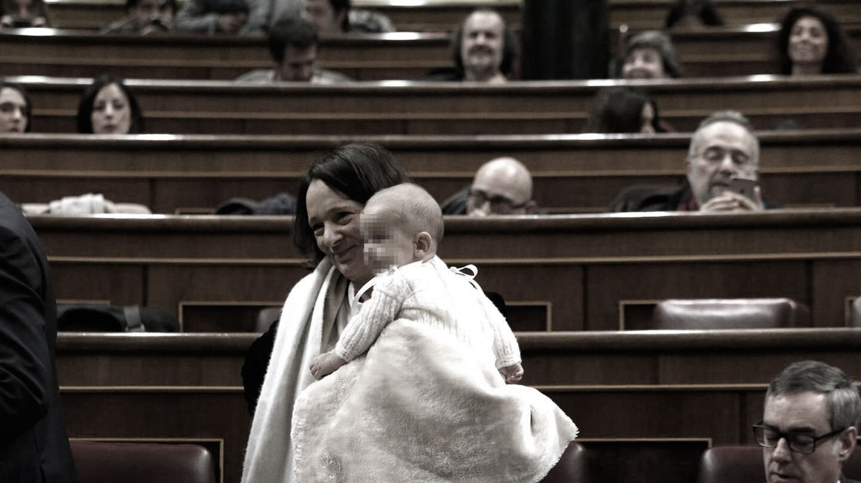 La diputada de Podemos, Carolina Bescansa, con su bebé en el Congreso.