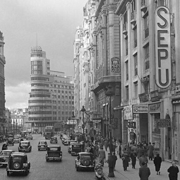 Foto histórica de la Gran Vía de Madrid, con un cartel publicitario de Sepu en primer plano.
