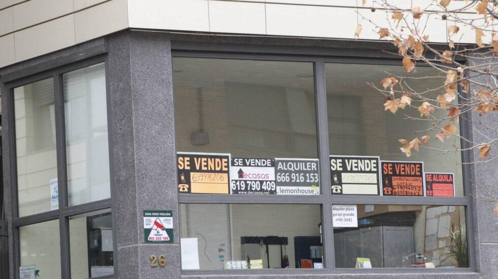 Varios anuncios de venta de pisos juntos.