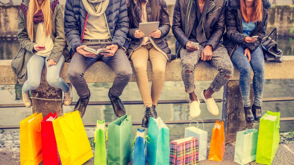 Cinco personas con varias bolsas.
