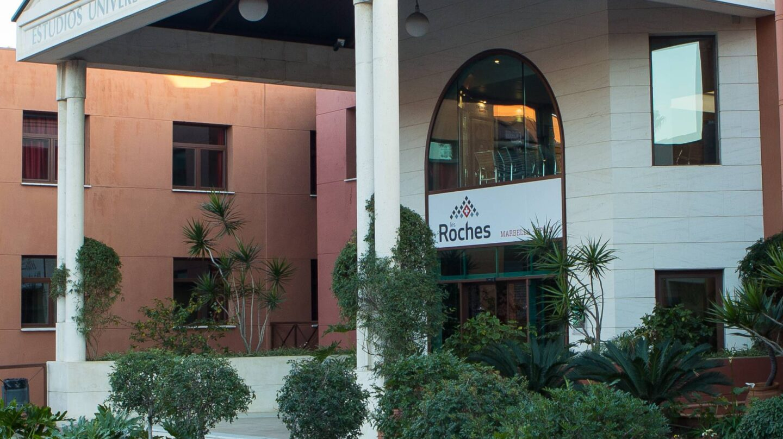 La entrada a Les Roches Marbella.