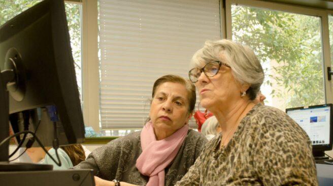 Personas mayores en un programa para mejorar el uso de las nuevas tecnologías