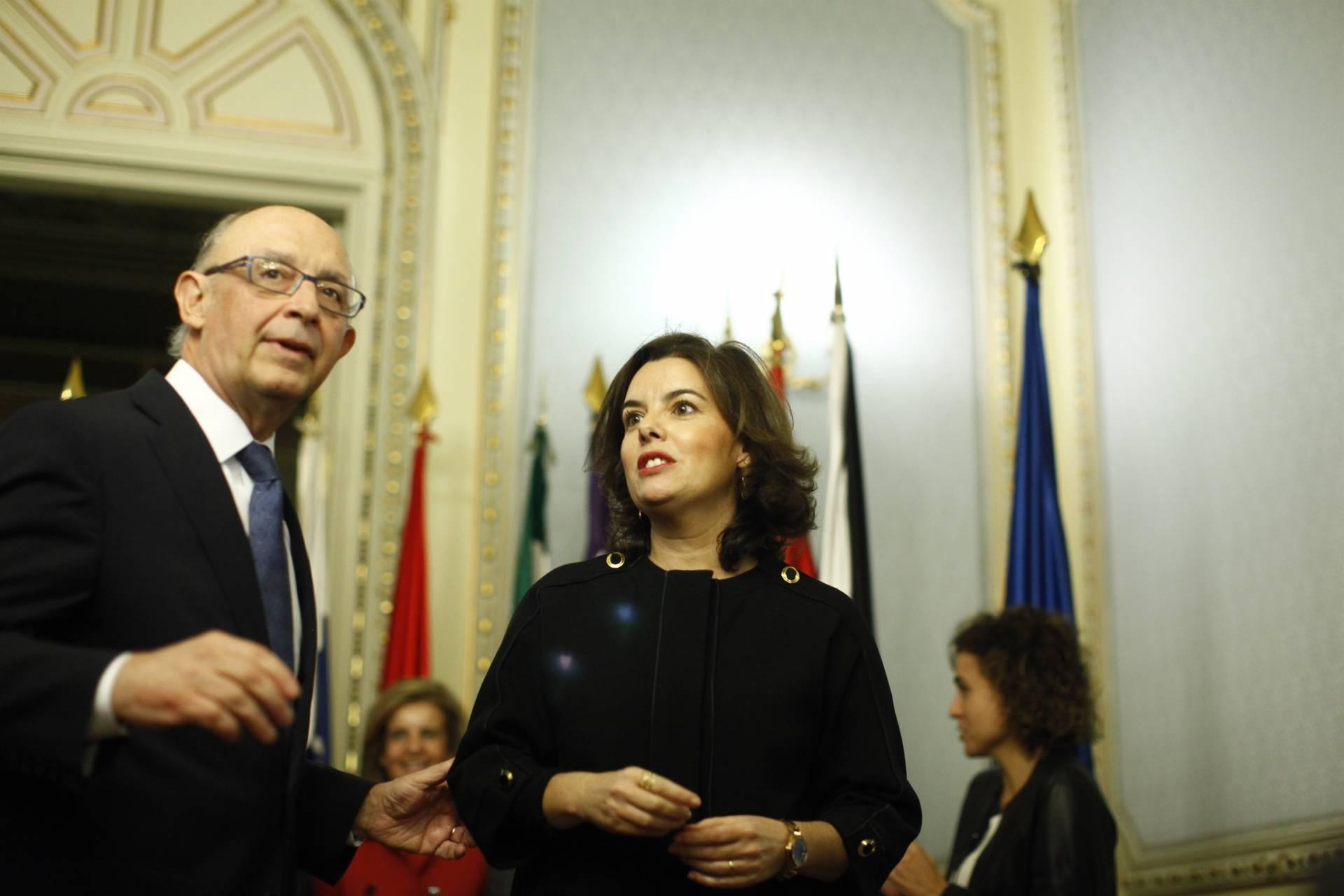 Cristóbal Montoro y Soraya Sáenz de Santamaría, durante el traspaso de las competencias territoriales.