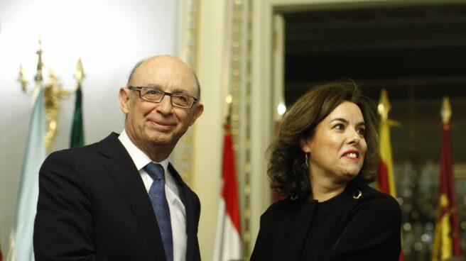 El ministro de Hacienda, Cristóbal Montoro, y la vicepresidenta del Gobierno, Soraya Sáenz de Santamaría