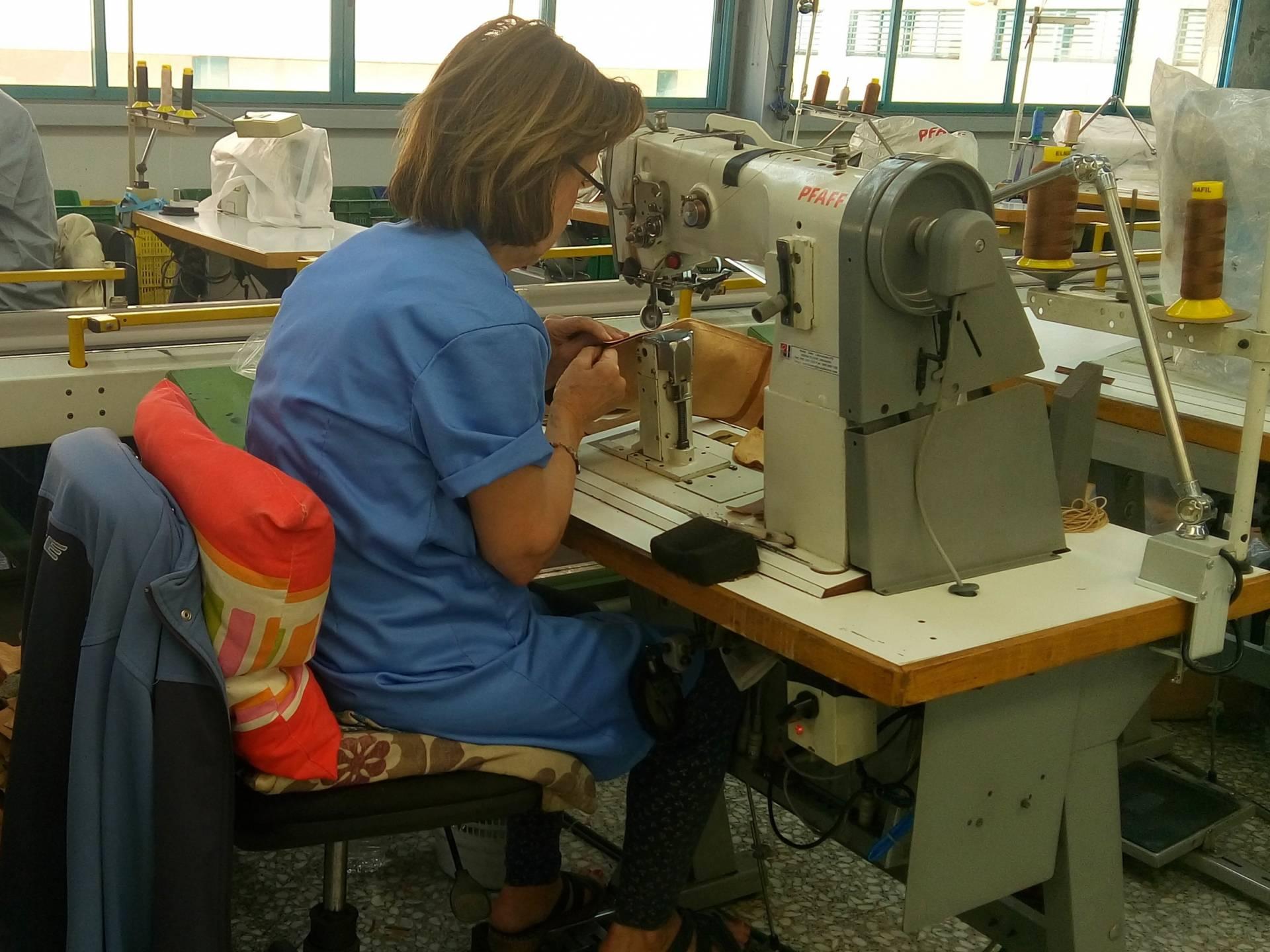 Una mujer trabaja en una fábrica de zapatos de Elche