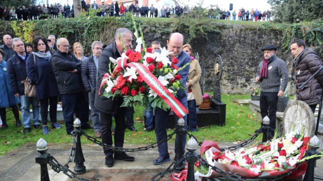 El lehendakari Iñigo Urkullu y el presidente del PNV, Andoni Ortuzar, depositando flores en la tumba de Sabino Arana en Sukarrieta (Vizcaya).