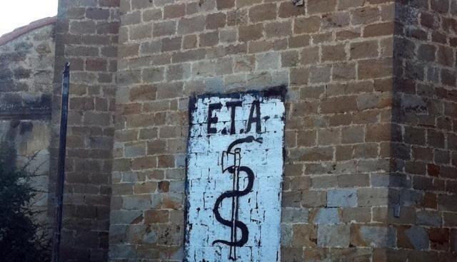 Pintada a favor de ETA en la fachada de una iglesia de Arbizu, Navarra.