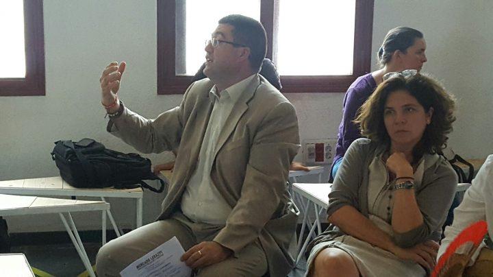 El edil de Economía Carlos Sánchez Mato (IU) en una reunión con vecinos.