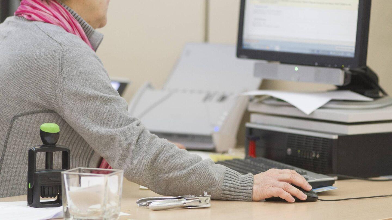 Trabajadora desempeñando su labor en una oficina.