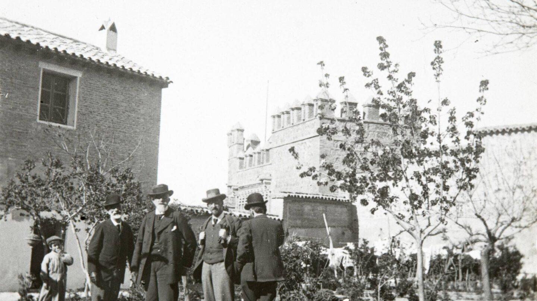 Manuel B. Cossío (segundo por la derecha) y Francisco Giner de los Ríos (cuarto por la derecha).