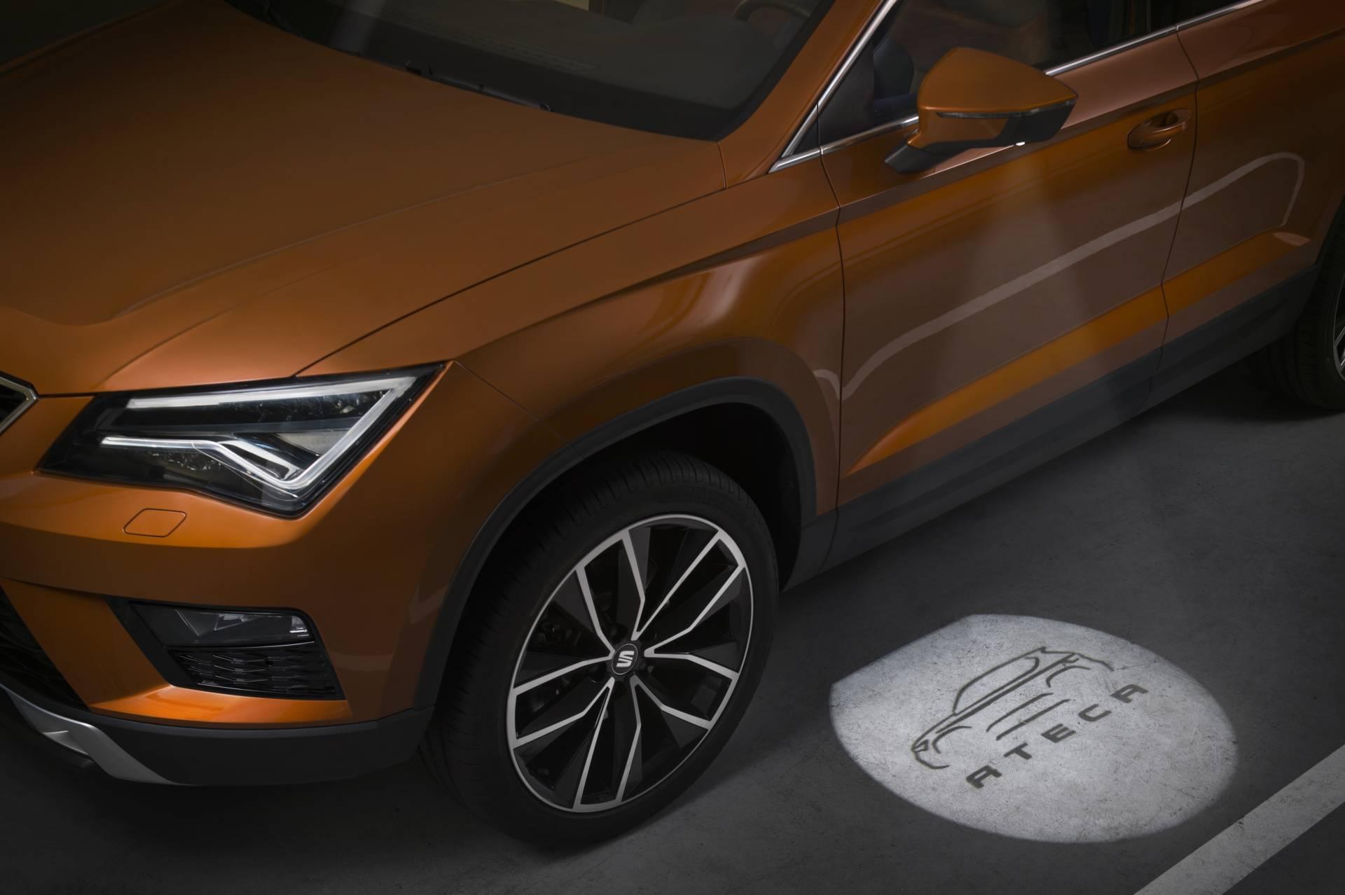 Al desbloquear las puertas unos led situados en los retrovisores proyectan en el suelo un disco luminoso con la silueta y nombre del vehículo. Facilitan la entrada al iluminar la zona de acceso.