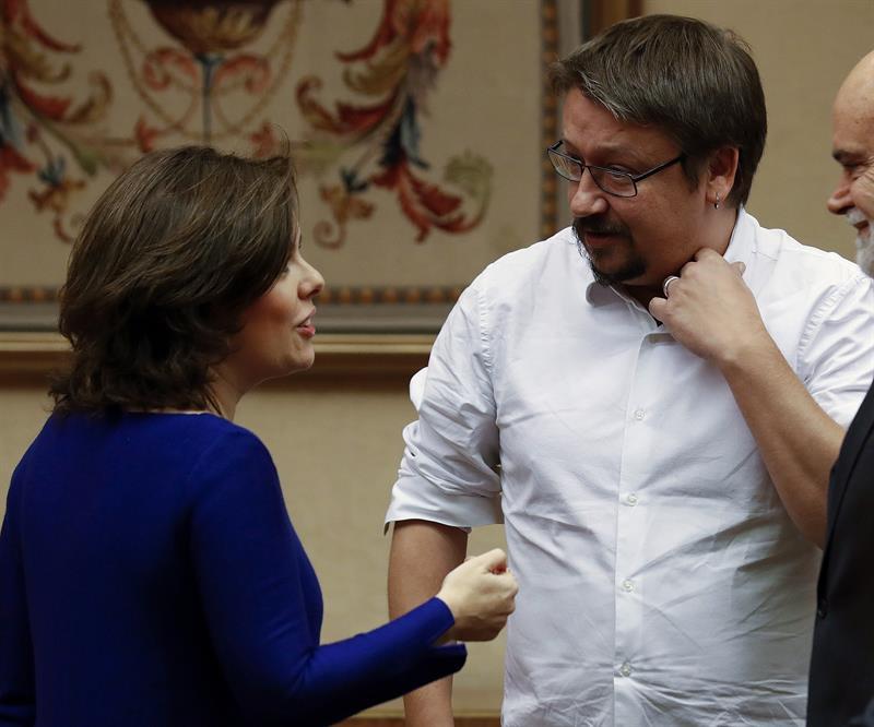 Soraya Sáenz de Santamaría departe con Xavier Domènech.
