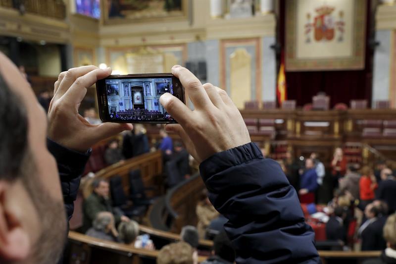 Un ciudadano retrata la tribuna de oradores del Congreso de los Diputados.