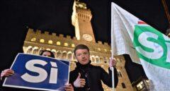 Una persona con una careta con la imagen de Renzi, en el acto final de campaña del referéndum en Italia.