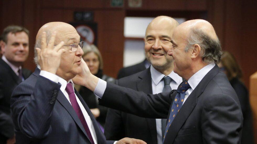 Pierre Moscovici y Luis de Guindos, en la reunión del Eurogrupo.