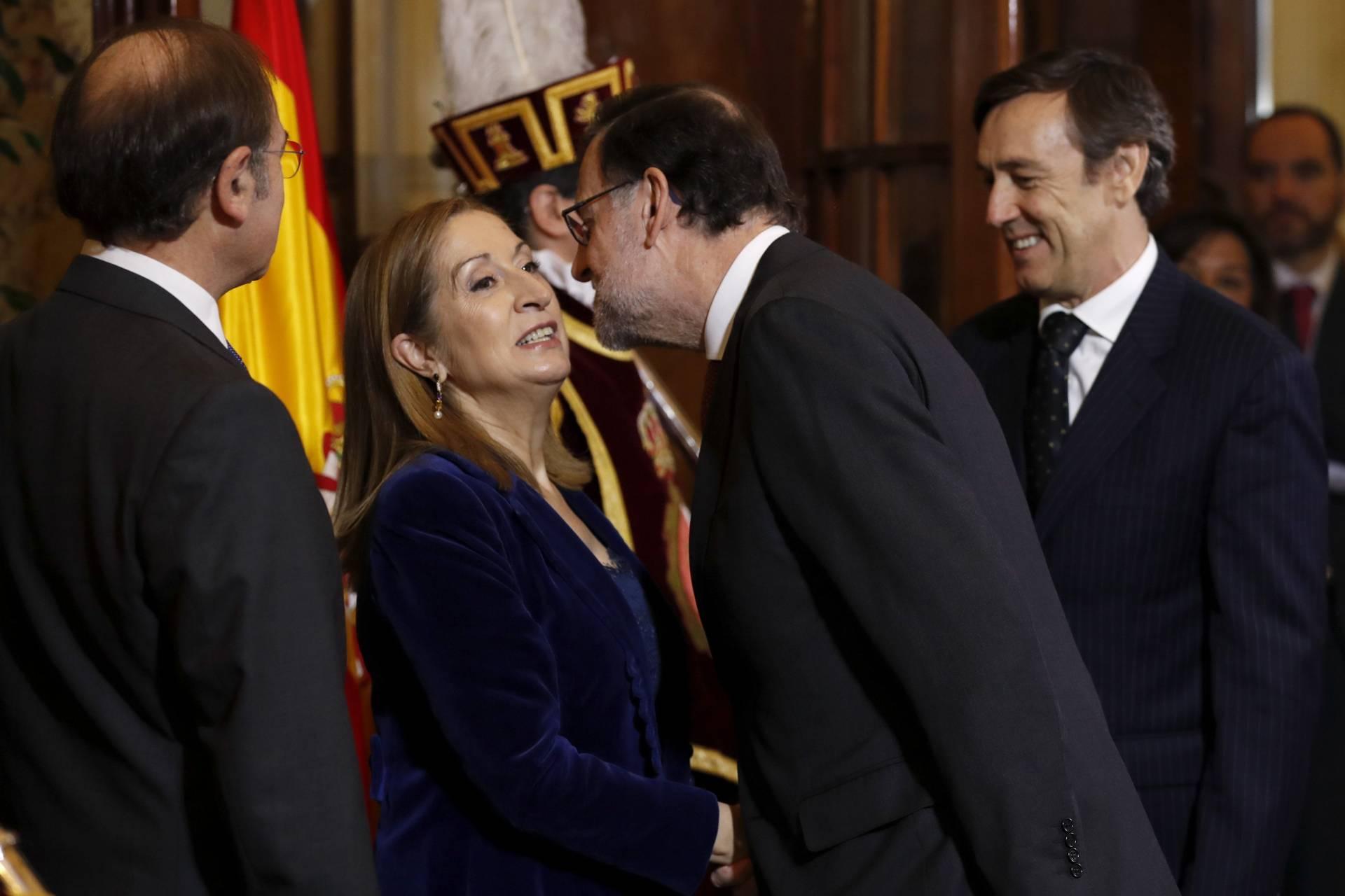 Mariano Rajoy saluda a Ana Pastor en la recepción oficial del Día de la Constitución.