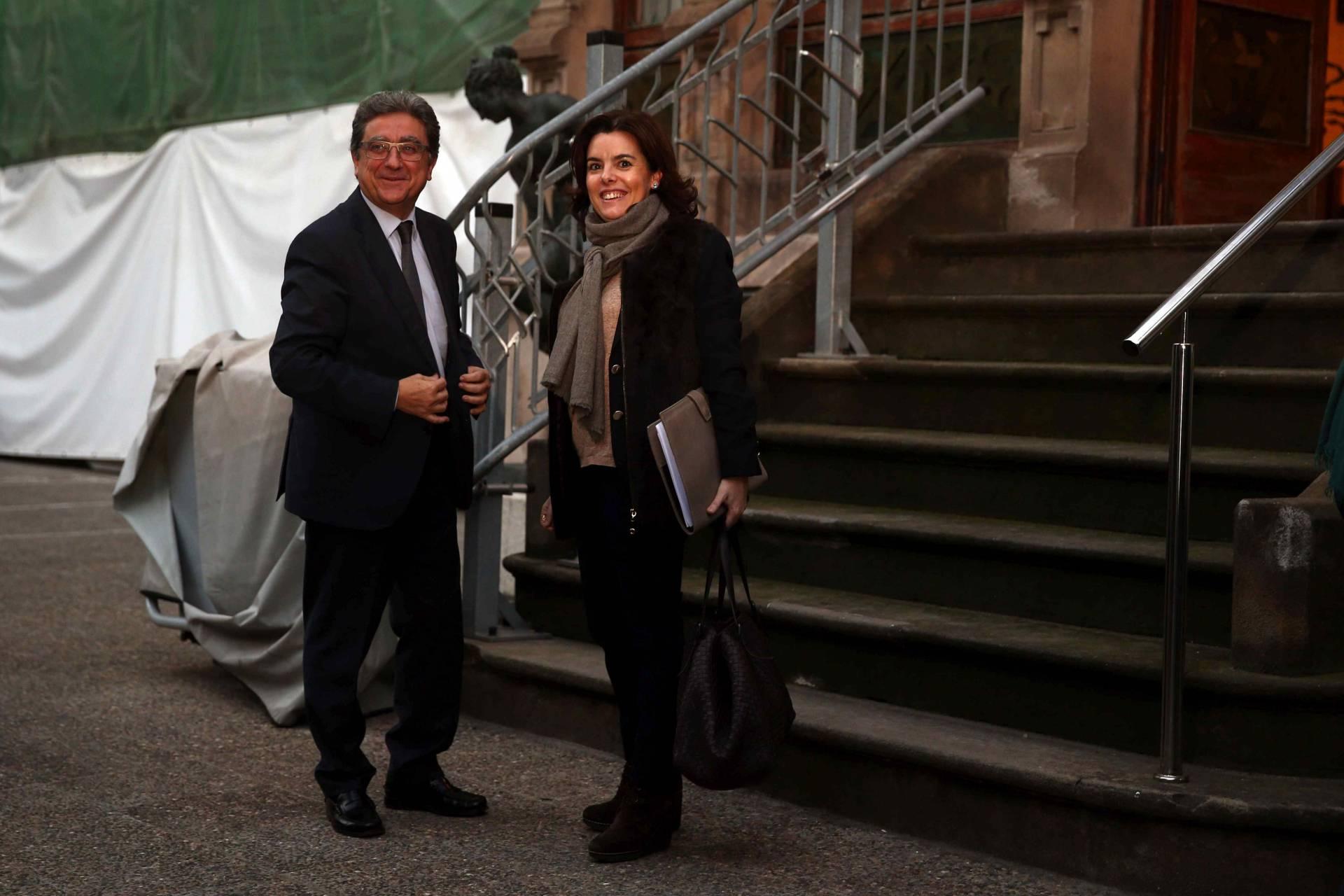 El delegado del Gobierno en Cataluña, Enric Millo, junto a la vicepresidenta del Gobierno, Soraya Sáenz de Santamaría.