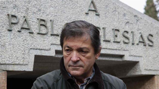 Javier Fernández, ante la tumba de Pablo Iglesias, el fundador del PSOE.
