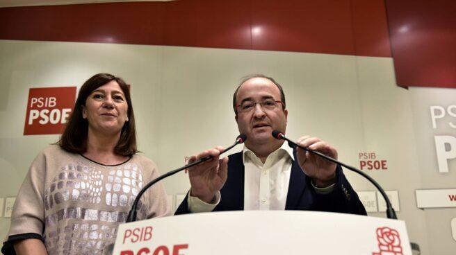 La secretaria general del PSIB-PSOE, Francina Armengol, junto al secretario del PSC, Miquel Iceta.
