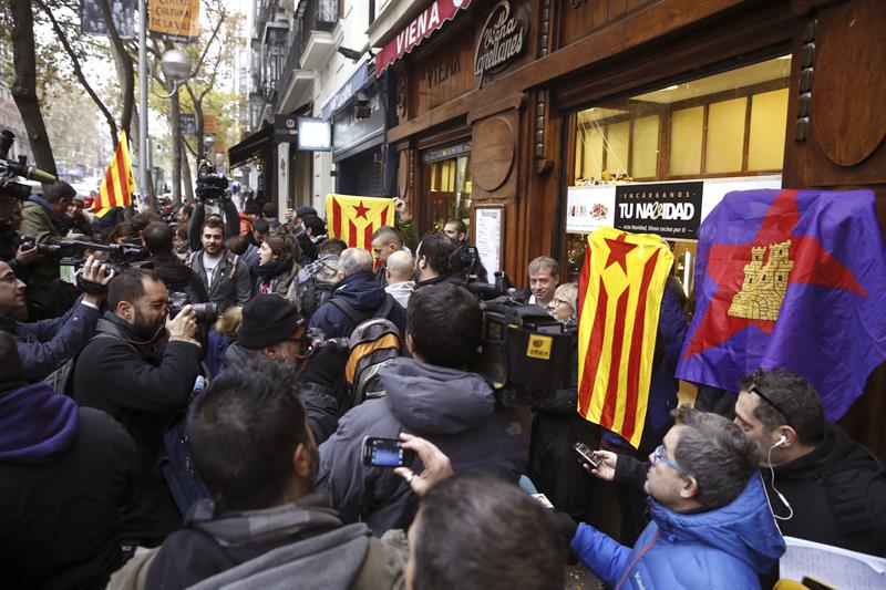 Concentración a las puertas de la Audiencia Nacional en apoyo a los detenidos por la quema de fotos del Rey.