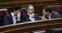El presidente de Ciudadanos conversa con Juan Carlos Girauta y Toni Roldán.