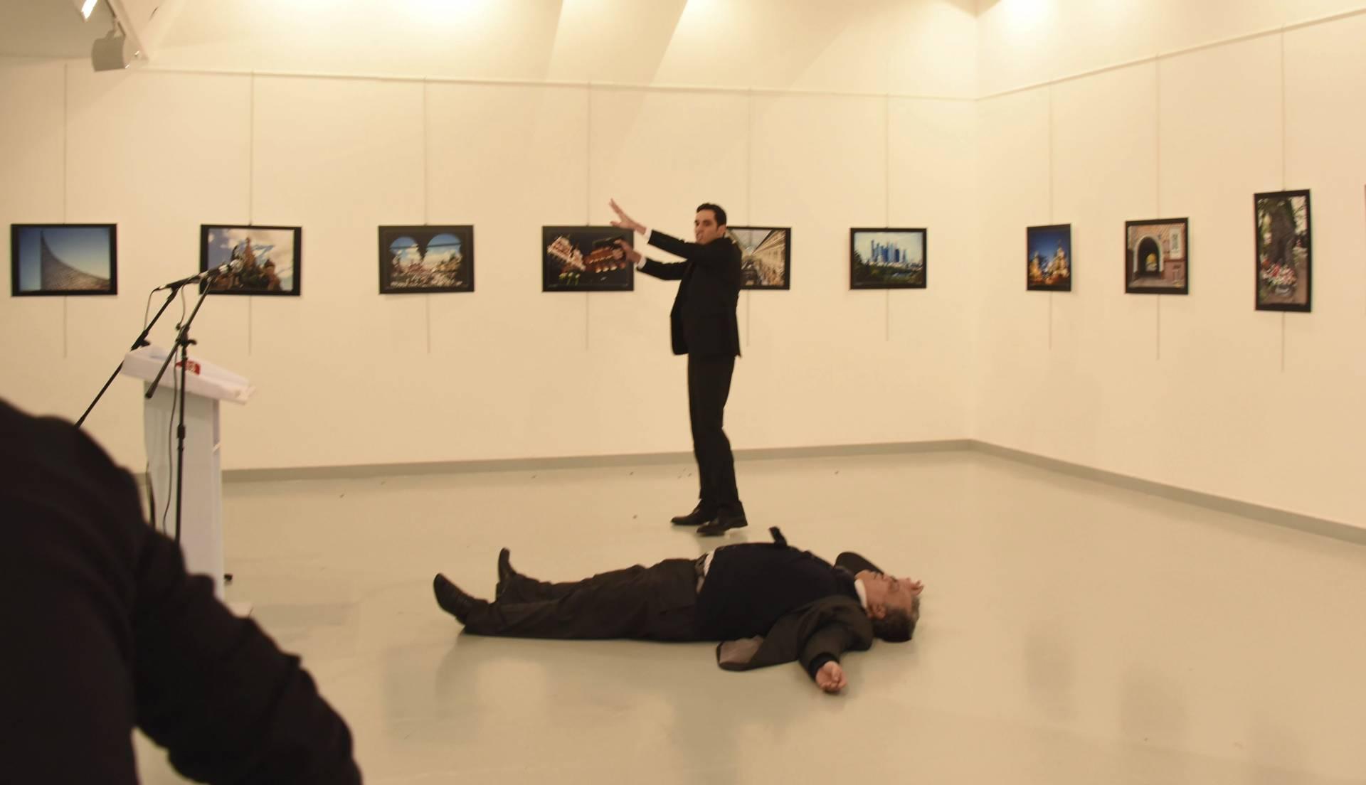 """El embajador ruso ha sido abatido por los disparos de un policía turco al grito de """"no olvidéis Alepo""""."""