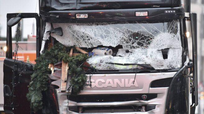 El camión que que arrolló ayer a los visitantes de un mercadillo navideño en el centro de Berlín.