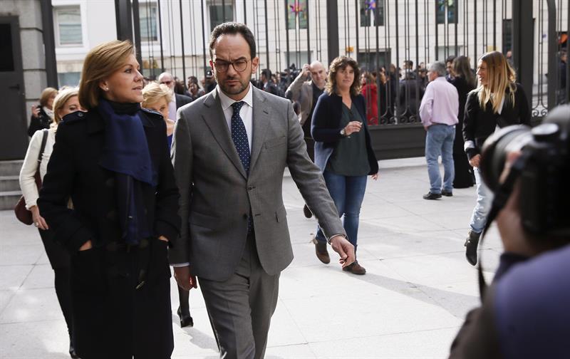María Dolores de Cospedal y Antonio Hernándo, a la entrada del Congreso.
