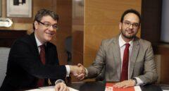 El ministro de Energía, Álvaro Nadal, saluda al portavoz del PSOE en el Congreso, Antonio Hernando.