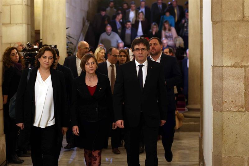 Ada Colau, Carme Forcadell y Carles Puigdemont, antes de la reunión.
