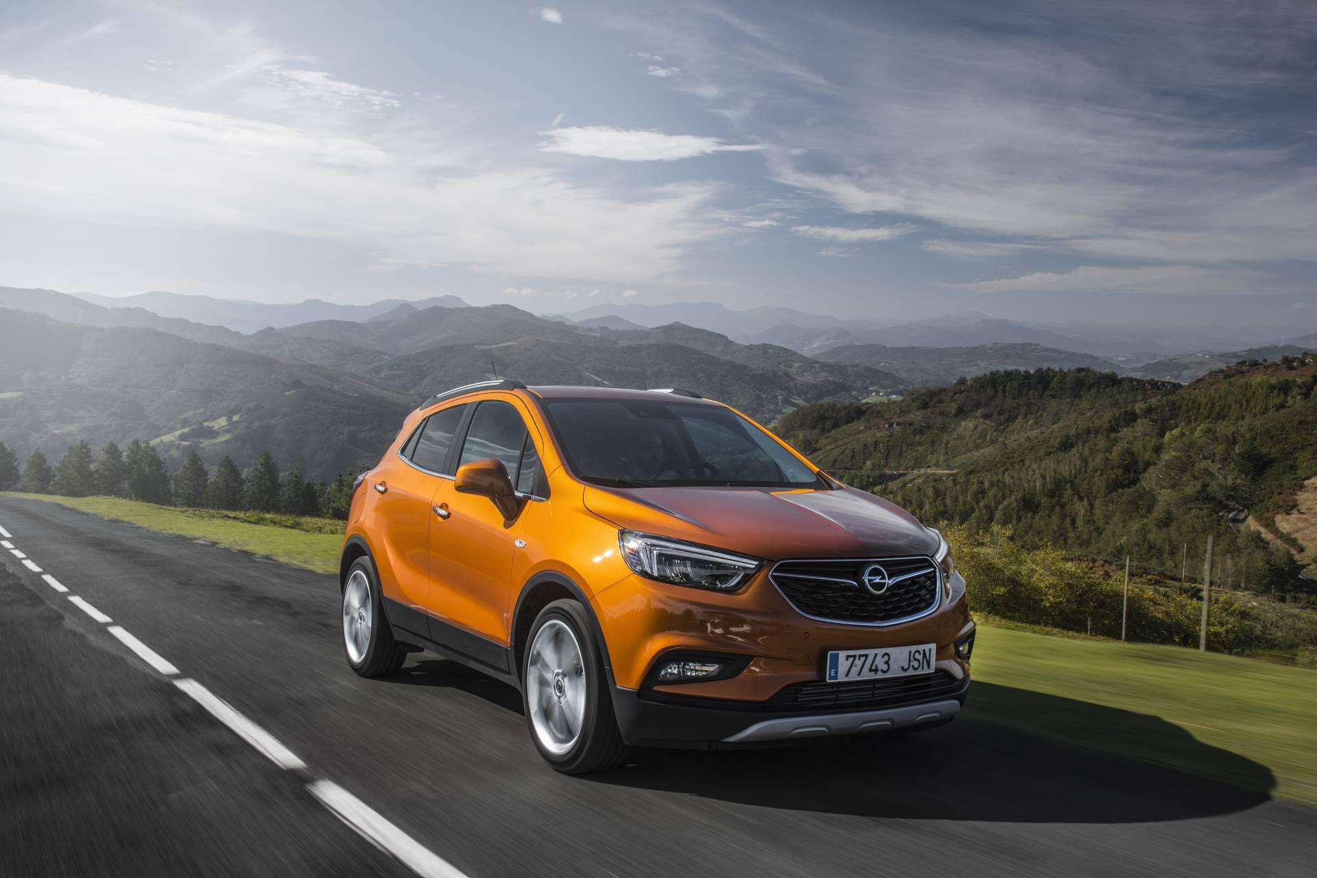 Esculturales formas dibujan el atractivo diseño del nuevo Opel Mokka X. En el frontal destacan las luces diurnas con tecnología Led.