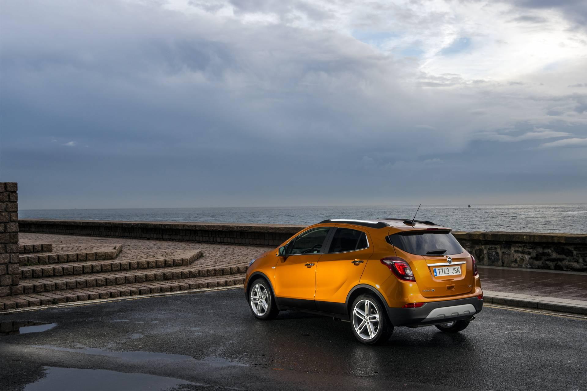 Dada su vocación de todo camino o SUV, el Mokka X se ofrece con tracción delantera y con un sistema adaptativo de tracción integral.