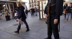 Un agente de la Policía Nacional armado, en una plaza de Madrid el pasado mes de diciembre.