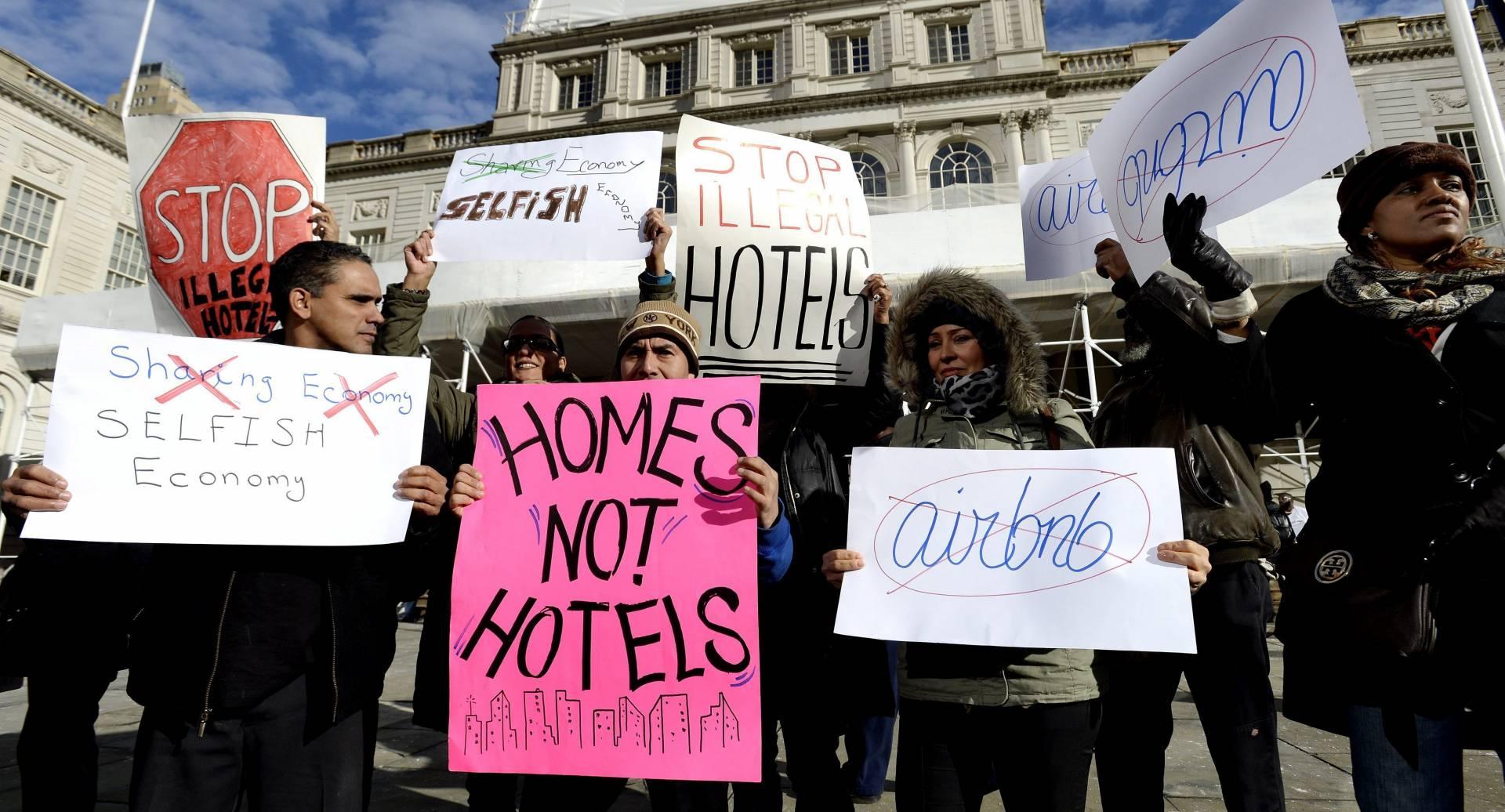 Manifestantes protestan contra Airbnb.
