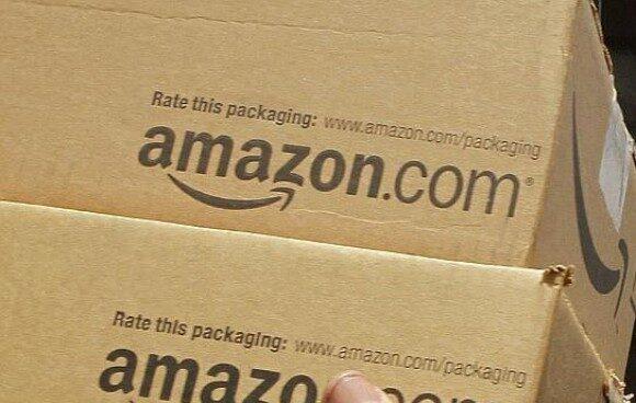 Dos paquetes de Amazon listos para ser enviados.