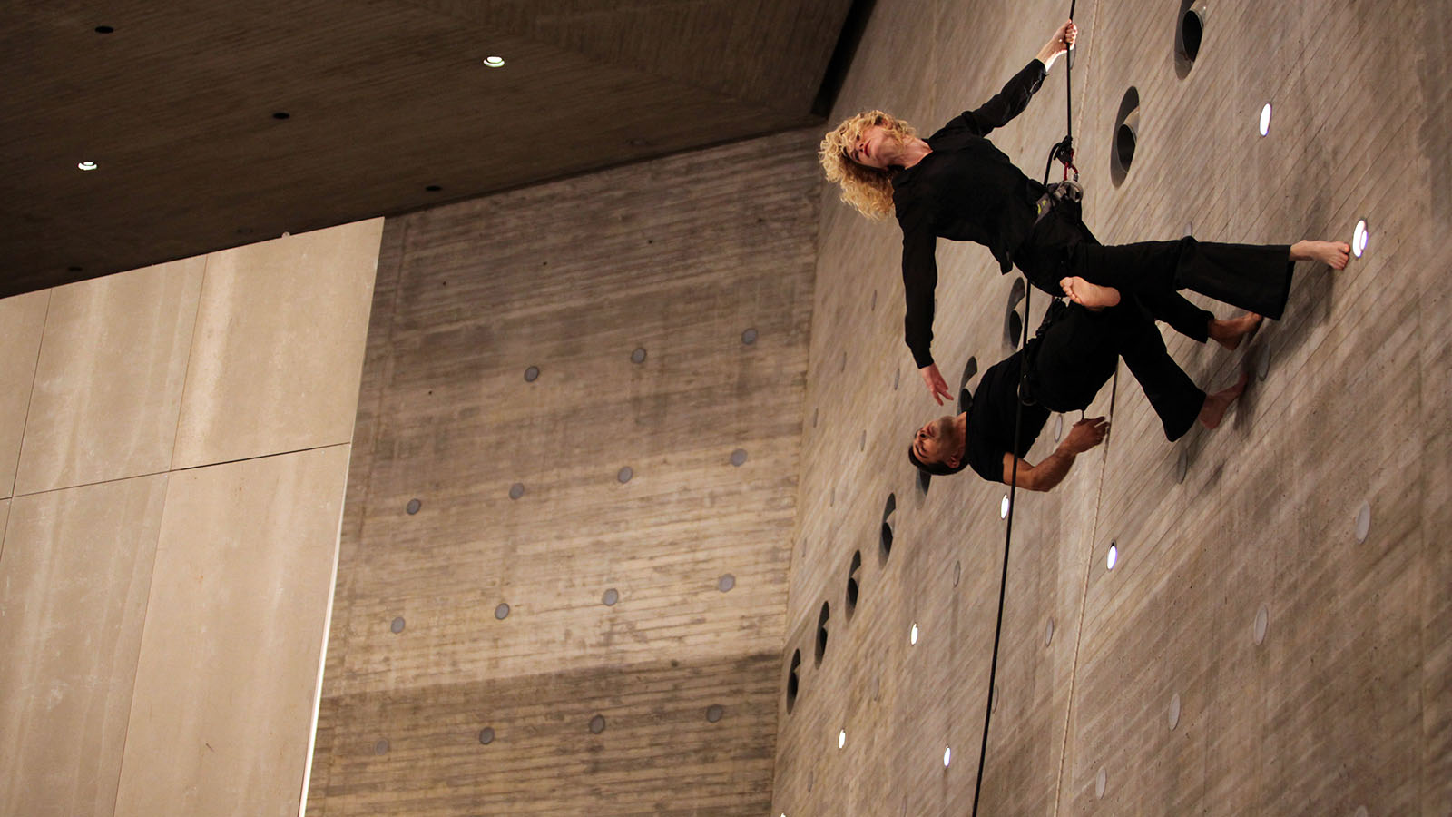 Durante los primeros días de inauguración del C3A, se desarrolló una programación en torno al movimiento que transitaba entre piezas dancísticas y circenses.