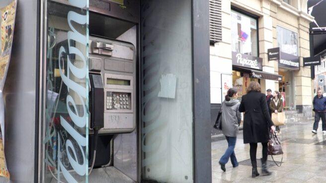 Cabina telefónica en la Gran Vía de Madrid.