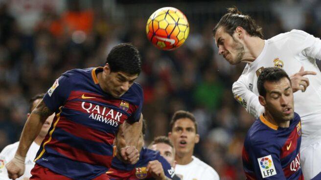 El delantero del Barcelona, Luis Suárez, pugna con el galés del Real Madrid, Gareth Bale, durante el último Clásico.